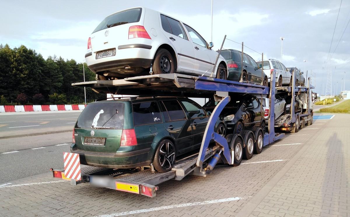 Kolejne przypadki jazdy pomimo wakacyjnych zakazów odnotowali wielkopolscy inspektorzy Inspekcji Transportu Drogowego. Tym razem zatrzymano dwie litewskie ciężarówki. Kierowcy twierdzili, że nie wiedzieli o obowiązujących w Polsce ograniczeniach. Obydwaj wiedzieli natomiast, że prowadzą ciężkie zestawy z naruszeniem norm czasu pracy.  Fot. ITD