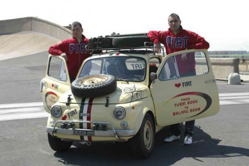 Fot. Fiat: Danilo Elia i Fabrizio Bonserio zamierzają pokonać w Fiacie 500 R trasę z Turynu do Pekinu liczącą 20 tys. km.