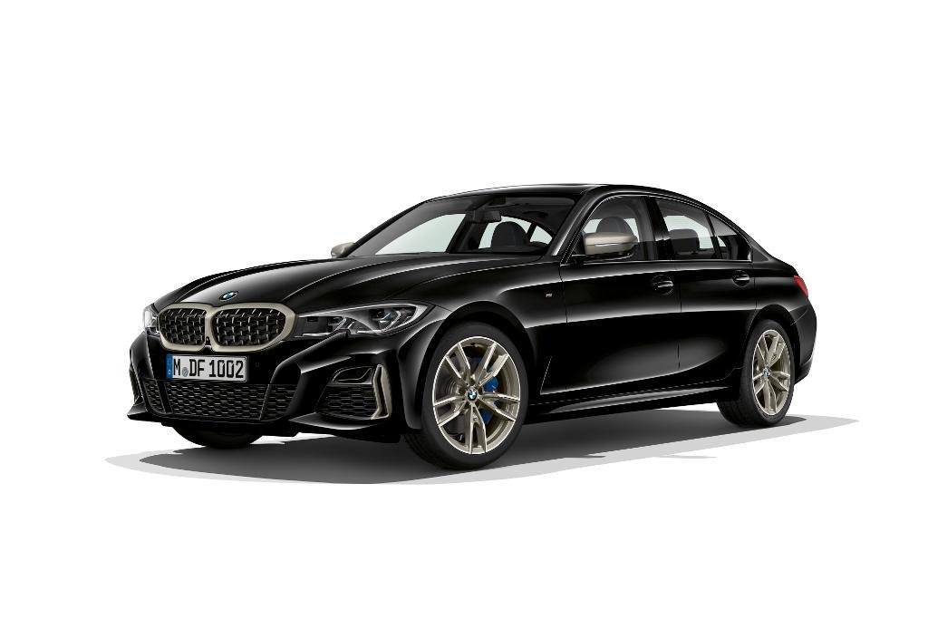BMW M340i xDrive   Pojazd do 100 km/h przyspiesza w 4,4 s, czyli o pół sekundy szybciej niż w poprzedniku. Producent deklaruje zużycie paliwa na poziomie 7,5 l/100 km. Moc trafia na wszystkie koła za pośrednictwem automatycznej przekładni Steptronic z ośmioma przełożeniami i systemem Launch Control.  Fot. BMW