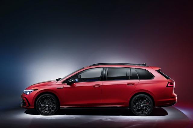 Volkswagen Golf Variant   Seryjne wyposażenie wersji podstawowej obejmuje systemy Lane Assist i Front Assist z funkcjami awaryjnego hamowania w mieście i monitorowania pieszych oraz hamowania podczas skręcania po wykryciu pojazdu nadjeżdżającego z przeciwka.   Fot. Volkswagen