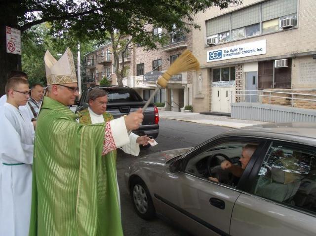 Biskup Miziński poświęcił auta Polonii nowojorskiej (zdjęcia)