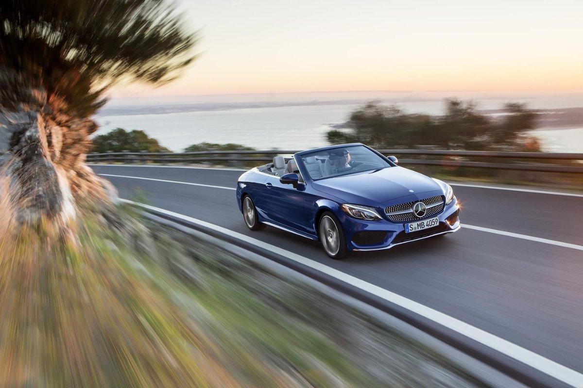 Poza składanym dachem, Klasa C o nadwoziu cabrio nie będzie znacząco różnić się od wersji coupe. Samochód zostanie wyposażony m.in. w  system odpowiadający za ogrzewanie okolicy szyi u kierowcy i pasażera. Kolejny z systemów niweluje zawirowania powietrza w kabinie przy złożonym dachu / Fot. Mercedes-Benz