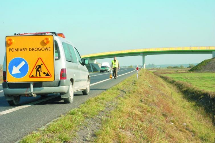 Drogi krajowe - laserem sprawdzają, czy asfalt jest równy