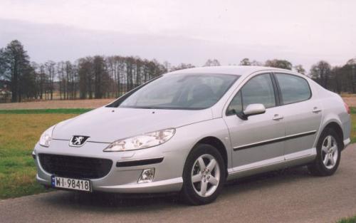 Fot. Z. Podbielski: Peugeot 407 ma wydłużoną przednią część nadwozia i charakterystyczny, duży otwór wlotu powietrza do komory silnika.