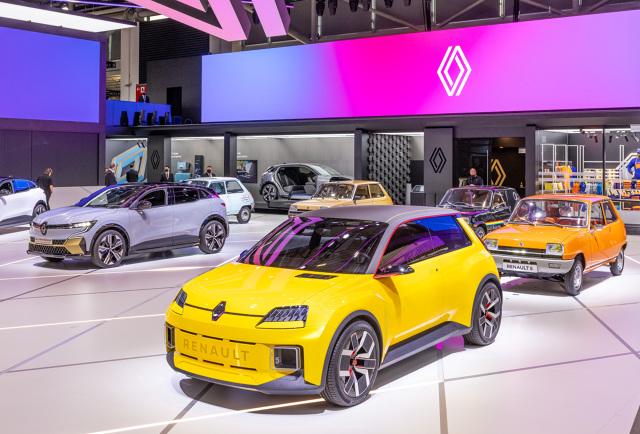 Renault 5 będzie wkrótce obchodziło swoje pięćdziesięciolecie. Kultowy model ma swojego następcę – Renault 5 Prototype, które w 2024 roku da początek seryjnemu modelowi. Właśnie pokazano go na targach w Monachium. Fot. Renault