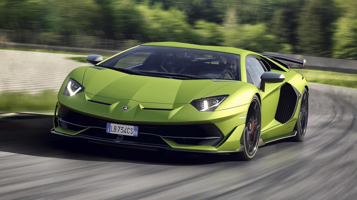 Lamborghini Aventador SVJ.   W planach jest produkcja 900 sztuk, a każdy z egzemplarzy ma kosztować nie mniej niż 349 116 euro bez podatków. Klienci mogą zdecydować się również na limitowaną wersję specjalną z malowaniem SVJ 63. Zgodnie z nazwą powstaną tylko 63 takie auta.   Fot. Lamborghini