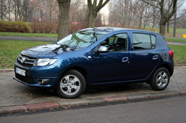 Dacia Sandero   Sandero nie jest tak pewna w prowadzeniu. Jej podwozie nie jest przygotowane do dynamicznej jazdy, podobnie jak układ kierowniczy o zbyt dużej sile wspomagania.  Fot. Dariusz Dobosz