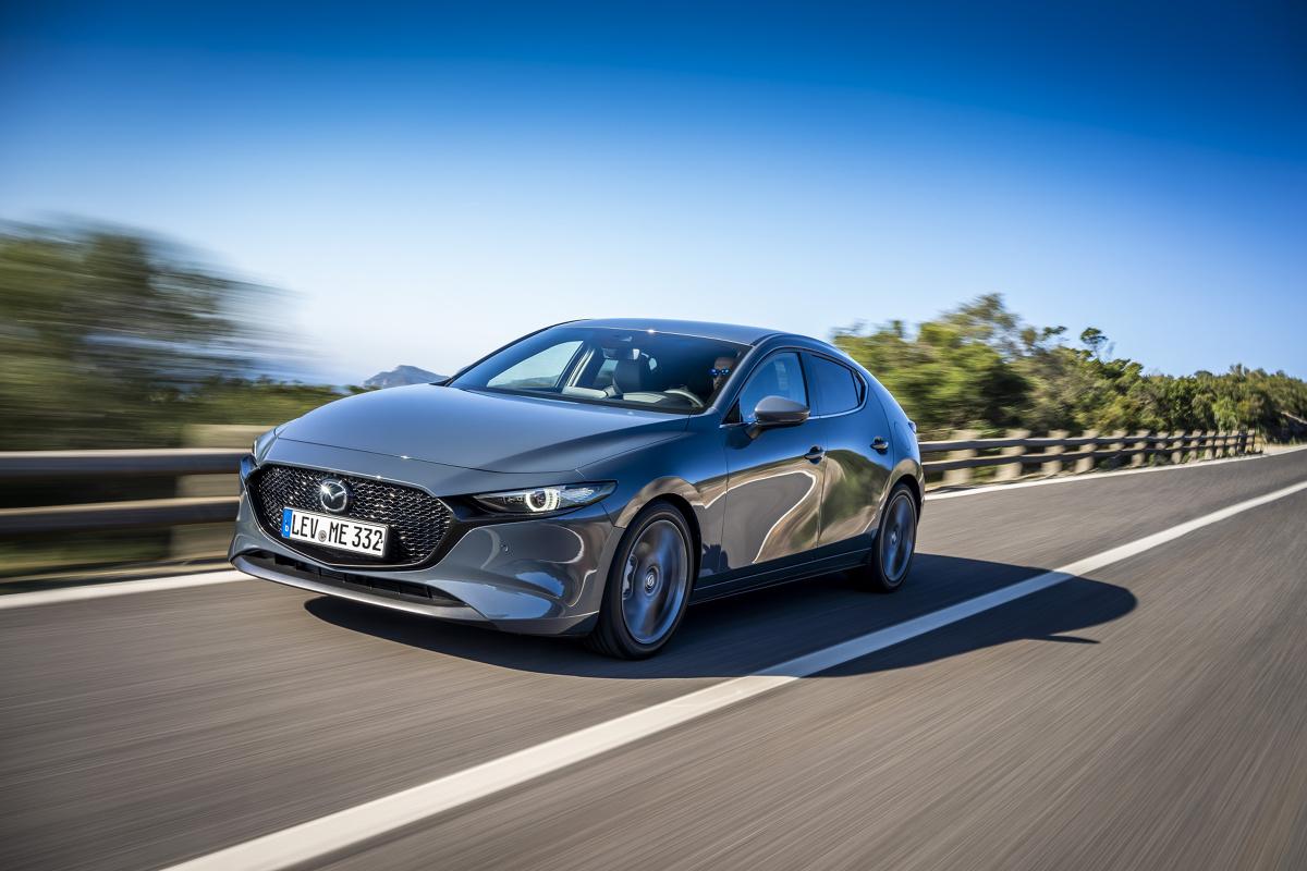 W Europie oficjalnie zaprezentowano czwartą generację Mazdy 3. To jeden z najpopularniejszych modeli tej marki, który podczas 15 lat sprzedał się na całym świecie w liczbie 6 mln egzemplarzy, w tym na starym kontynencie w ilości ponad miliona sztuk.  Fot. Mazda