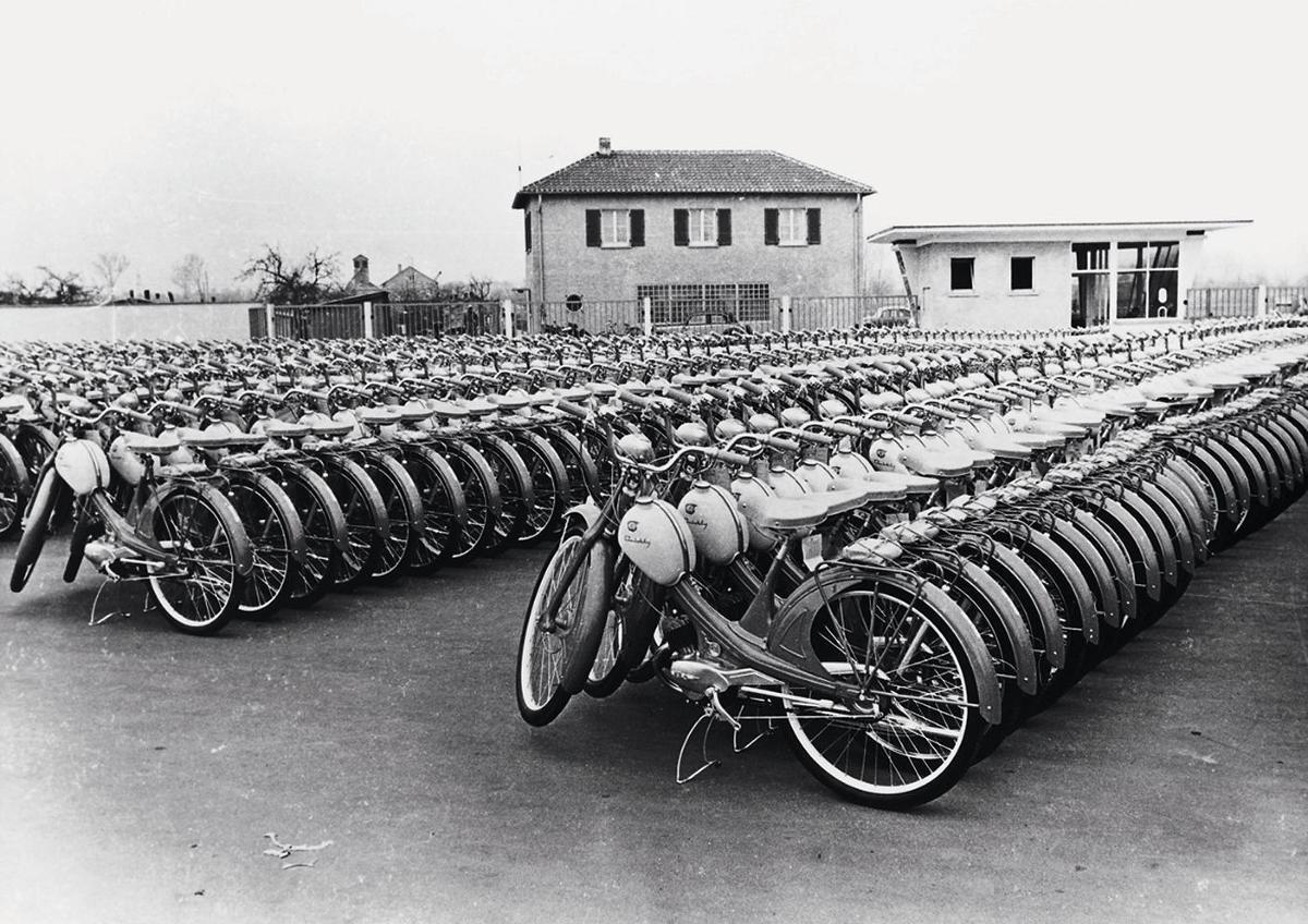 Motocykle NSU Quick na placu przed fabryką w Neckarsulm / Fot. Audi