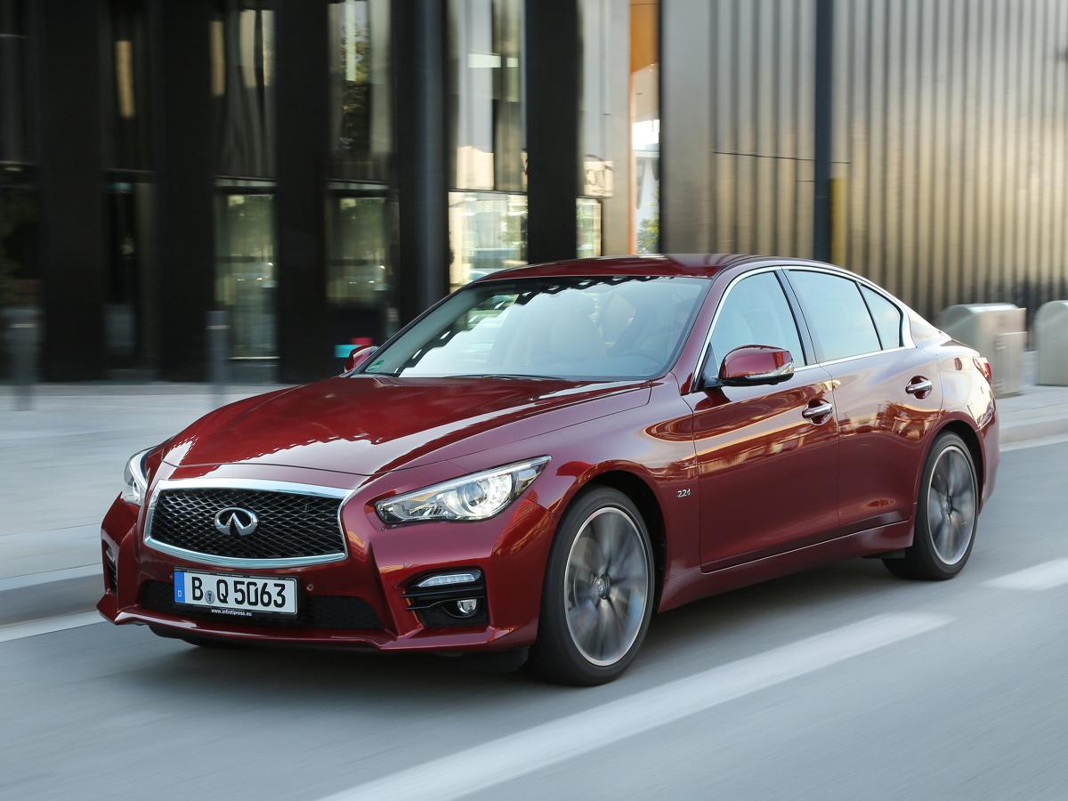 BMW serii 3, Audi A4 i Mercedes klasy C windują poziom pożądania polskich kierowców na wysoki poziom. To jedne z najczęściej wyszukiwanych w ogłoszeniach używanych aut segmentu premium. Są jednak tacy, którzy zamiast iść utartymi szlakami i wtapiać się w tłum podobnych samochodów, chcą mieć coś innego. Dobrą propozycją dla nich jest Infiniti Q50.  Fot. Infiniti