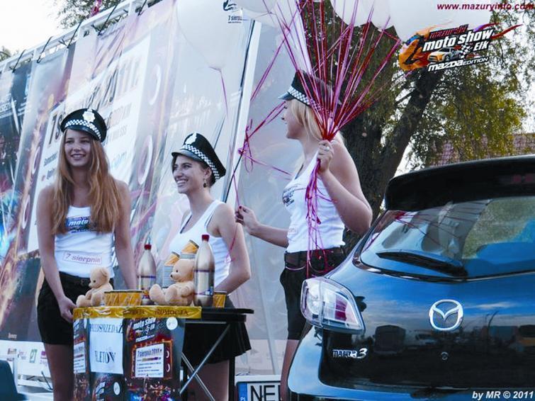 Szybkie samochody i piękne kobiety - uliczne wyścigi