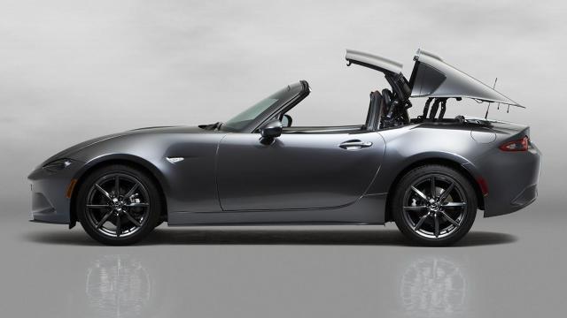 Mazda MX5 RF  Samochód, który oznaczenie RF (retractable fastback)  posiada automatycznie składany dach. Jego złożenie zajmuje jedynie 12 sekund, a panele chowają się w tej samej przestrzeni, w której mieści się materiałowy dach kabrioletu.  Fot. Mazda