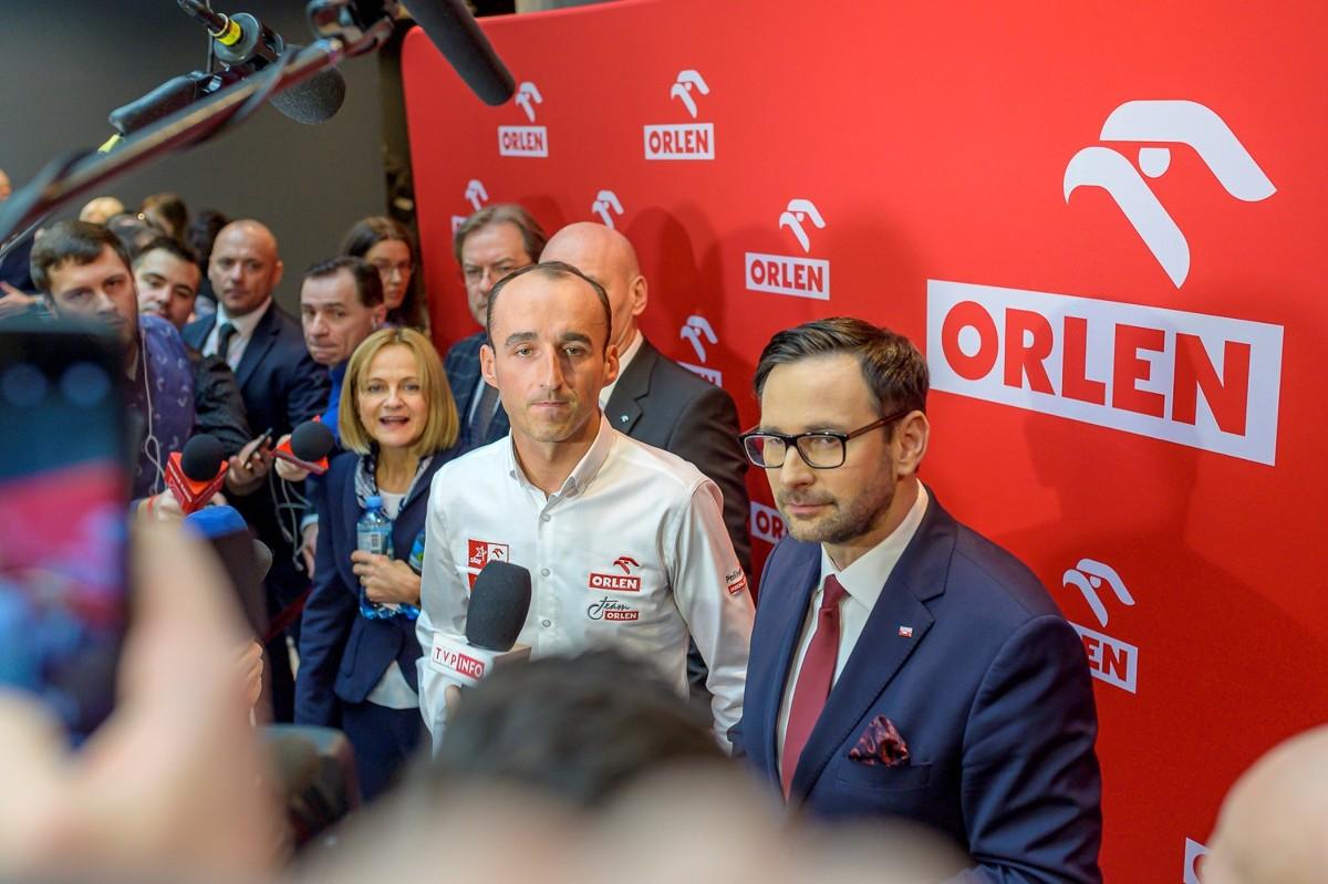 Podczas briefingu prasowego w siedzibie PKN Orlen w Warszawie, oficjalnie ogłoszono, że poza rolą kierowcy testowego i rezerwowego w zespole Alfa Romeo w Formule 1, Robert Kubica będzie się ścigał w niemieckiej serii Deutsche Tourenwagen Masters (DTM).  Fot.Orlen