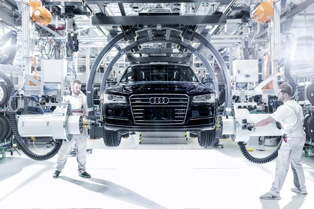 """""""Fabryki w Niemczech to istota naszej działalności. Dlatego inwestycja w produkcję flagowego Audi A8 to znaczący, milowy krok dla zakładów w Neckarsulm, ale też dla całego naszego przedsiębiorstwa"""" – mówi prof. dr Hubert Waltl, członek zarządu Audi AG ds. produkcji. Audi A8 produkowane jest w Neckarsulm od roku 1994, czyli od chwili wprowadzenia tego modelu na rynek / Fot. Audi"""