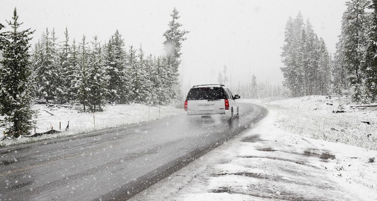 Zima zaskoczyła drogowców - to hasło można usłyszeć co roku. Na pogorszenie warunków pogodowych muszą być też przygotowani właściciele pojazdów. Jednak powinni oni zadbać nie tylko o odpowiednie wyposażenie. W tym okresie przydają się również dodatkowe opcje ubezpieczenia, zwiększające poczucie bezpieczeństwa i komfortu.