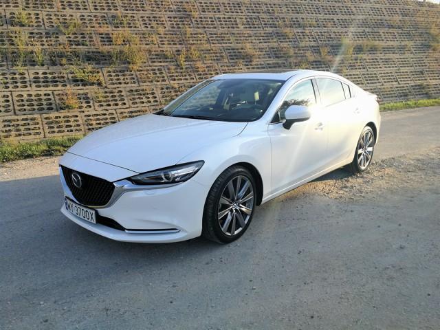 Przy opracowaniu nowego modelu 6, Mazda wyszła z założenia, że dobrze jest trzymać się sprawdzonych rozwiązań. Skoro więc projektujemy sedana – dajmy mu wolnossący silnik o przyzwoitej mocy, dorzućmy manualną skrzynię i opakujmy to w spore, eleganckie nadwozie. A jak już to zrobimy, wyjdźmy poza schemat.  Fot. Kamila Nawotnik