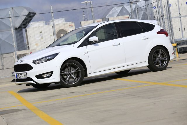 Ford Focus 1.5 EcoBoost ST Line  Co prawda instalacja gazowa Prins Direct Liqui Max wymaga dopłacenia w salonie 9211 złotych (wraz z montażem), ale 49-litrowy zbiornik pozwala na przejechanie niemal 500 kilometrów, a to naprawdę świetny wynik.  Fot. Karol Biela