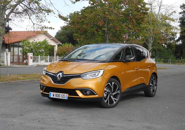 Renault Scenic   Nowy Renault Scenic będzie występował w dwóch benzynowych wersjach silnikowych, czterech wysokoprężnych oraz jednej hybrydowej. Listę silników benzynowych otwiera jednostka Energy Tce 100 o pojemności 1,2 litra i mocy 115 KM. Silnik o tej samej pojemności występuje również w wersji Energy Tce 130 o mocy 130 KM.  Fot. Wojciech Frelichowski