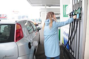 Cena benzyny. Ile litrów można kupić za średnią pensję w Polsce i na świecie?