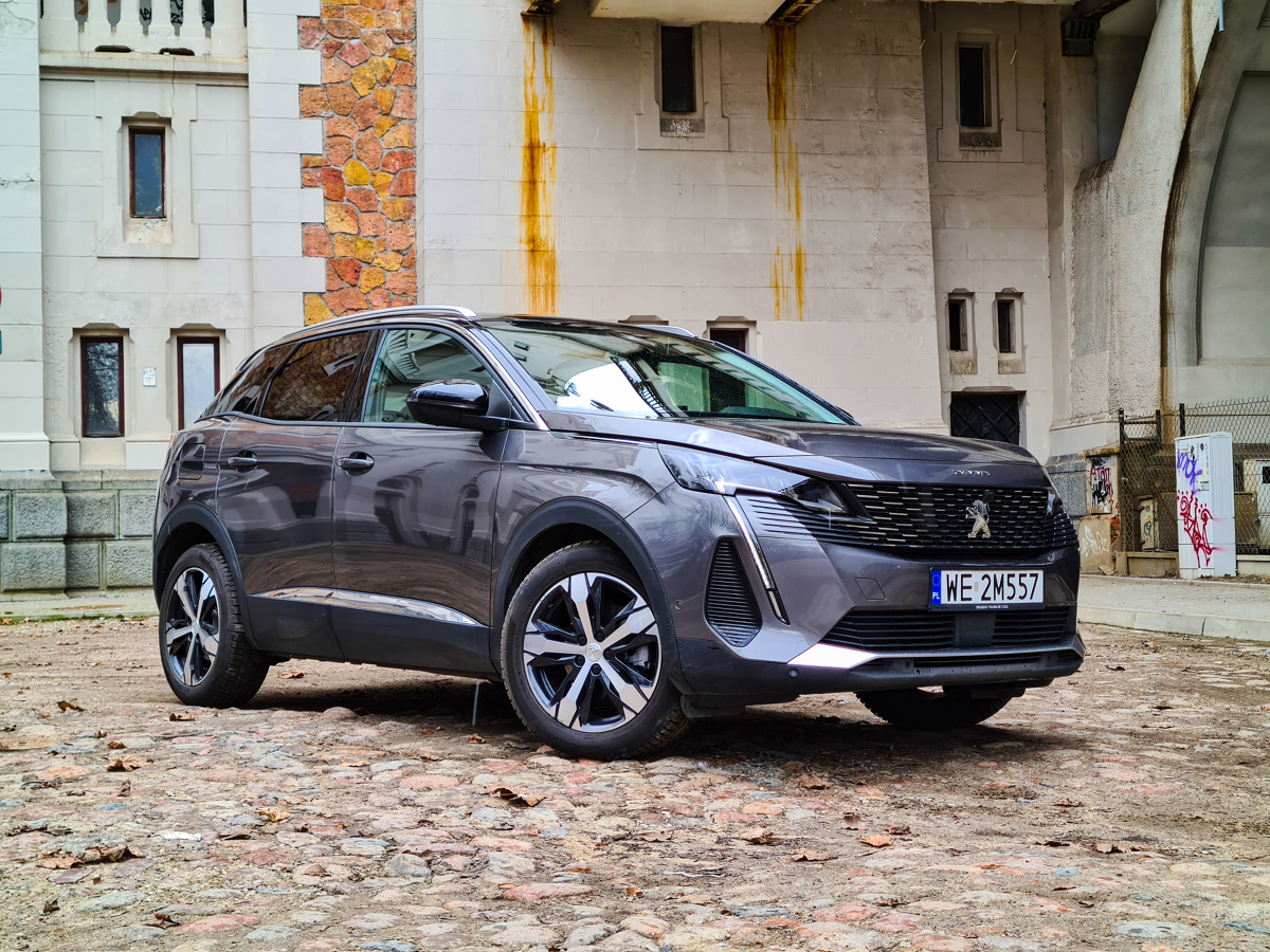 Gigantyczna wręcz różnorodność na rynku SUV-ów i crossoverów sprawia, że każdy jest w stanie wybrać auto pasujące do jego preferencji. Rodzinne, eleganckie, ekscentryczne, sportowe – producenci starają się trafić w każde potrzeby, stosując niekiedy sporą dawkę eksperymentów. Jakiś czas temu Peugeot zaryzykował i stworzył stylistycznie awangardowe 3008 i 5008, a niedawno poddał oba auta mocnym zmianom w ramach faceliftingu. Tym razem testowałem mniejszą odmianę z silnikiem wysokoprężnym pod maską. Fot. Kamil Rogala