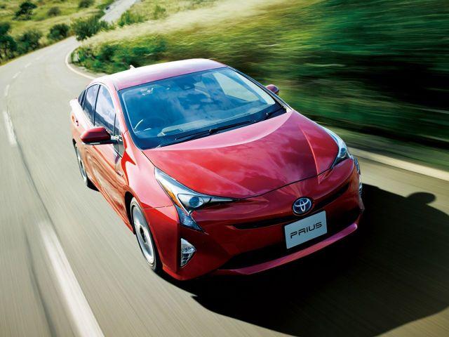 Toyota Prius  W teście Consumer Reports nowy Prius uzyskał wynik 22,1 km/l (52 mpg), znacznie lepszy od trzeciej generacji modelu (18,7 km/l, 44 mpg). Samochód może poruszać się na samym silniku elektrycznym z miejską prędkością na dystansie 2 km, jednak dzięki temu, że akumulator jest na bieżąco doładowywany energią odzyskiwaną z hamowania, efektywnie samochód porusza się w miejskich warunkach bez wykorzystania silnika spalinowego od 50 do 70% czasu jazdy. Napęd o mocy 122 KM z silnikiem benzynowym 1.8 współpracuje z przekładnią planetarną Toyoty, która pozwala wykorzystywać silniki elektryczne na zmianę jako źródła napędu i generatory do odzyskiwania energii kinetycznej podczas hamowania oraz optymalnie zarządzać pracą wszystkich silników. Napęd sparowany z bezstopniową przekładnią działa płynnie i cicho.  Fot. Toyota