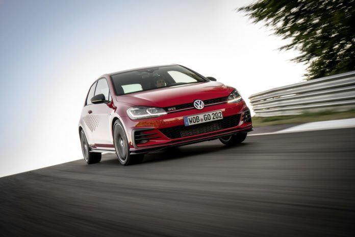 Volkswagen Golf GTI TCR   Golf GTI w wersji TCR wzoruje się na wyścigowym odpowiedniku, który dwukrotnie zwyciężał w klasyfikacji generalnej międzynarodowej serii wyścigowej TCR. Wersja drogowa osiąga prędkość 100 km/h ze startu zatrzymanego po upływie zaledwie 5,6 sekundy, maksymalna prędkość wynosi 250 km/h. Opcjonalnie można ją podnieść do 260 km/h.  Fot. Volkswagen