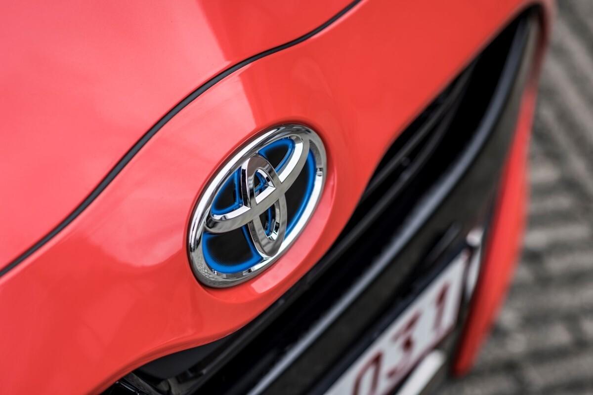 Lipcowe wyniki rejestracji nowych samochodów potwierdzają, że trwa dominacja Toyoty na polskim rynku. Marka zarejestrowała w ciągu miesiąca 5 839 samochodów, wyprzedzając konkurencję o ponad 2 000 aut. Tym samym całkowita pula samochodów Toyoty, które w tym roku trafiły na drogi, wzrosła do 46 460 aut, a jej przewaga nad konkurencją do ponad 14 000 samochodów. Swoją pozycję lidera umocniła także Corolla. PROACE i PROACE CITY zanotowały bardzo dobry miesiąc, który wzmocnił Toyotę na rynku aut dostawczych. Fot. Toyota