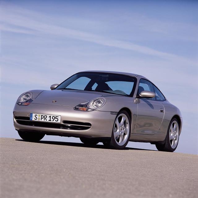 """Kiedy w 1997 roku debiutowało pierwsze Porsche 911 chłodzone cieczą, oznaczone kodem 996, puryści narzekali, że to już """"nie to samo"""". Z dzisiejszej perspektywy, model ten jest najtańszą możliwością wejścia w posiadanie dziewięćsetjedenastki. W naszym poradniku powiemy o tym, na co zwrócić uwagę przed zakupem i które wersje tego samochodu są godne polecenia.  Fot. materiały producenta"""