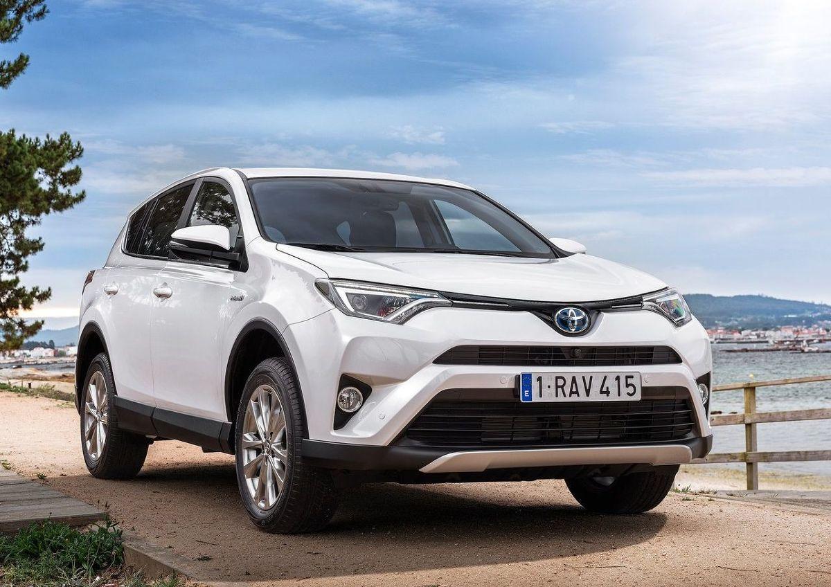 Toyota RAV4  Pierwsze miejsce pod względem najmniejszej utraty wartości wśród najpopularniejszych SUV-ów w Polsce zajęła Toyota RAV4. Zgodnie z analizą Info-Ekspert wartość rezydualna tego modelu po 36 miesiącach użytkowania i przy przebiegu rocznym na poziomie 30 tys. km to 66,5 proc. Specjaliści oceniali najtańszą wersję wyposażeniową Sprint, której ceny zaczynają się od 101 900 zł.  Pod maską samochodu znajduje się silnik benzynowy o pojemności 2 litrów i mocy 150 KM. Napęd przekazywany jest na cztery koła za pomocą 6-biegowej skrzyni manualnej.  Co znajduje się na liście wyposażenia opisywanego SUV-a? Między innymi manualna klimatyzacja, przednie i tylne czujniki parkowania, system stabilizacji toru jazdy przyczepy, system wspomagający pokonywanie podjazdu i siedem poduszek powietrznych. Dopłaty nie wymagają również światła LED – przednie do jazdy dziennej i tylne, a także projektorowe światła główne, elektrycznie regulowane i podgrzewane lusterka, elektryczna regulacja szyb przednich i tylnych i komputer pokładowy. Samochód jest wyposażony ponadto w system audio CD MP3 z portem USB i systemem Bluetooth.  Fot. Toyota