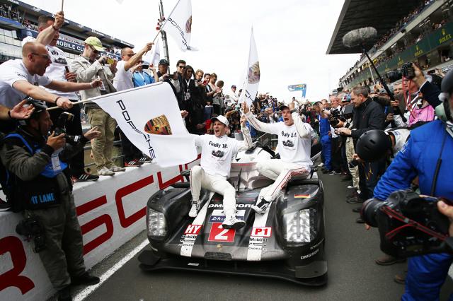 Neel Jani, Marc Lieb oraz Romain Dumas zwyciężyli w samochodzie Porsche tegoroczne 24h Le Mans. O ogromnym pechu może mówić natomiast zespół Toyoty. Fot. Porsche