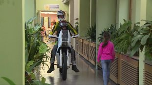 Warszawa. Mali pacjenci mogli pojeździć elektrycznymi motocyklami (video)