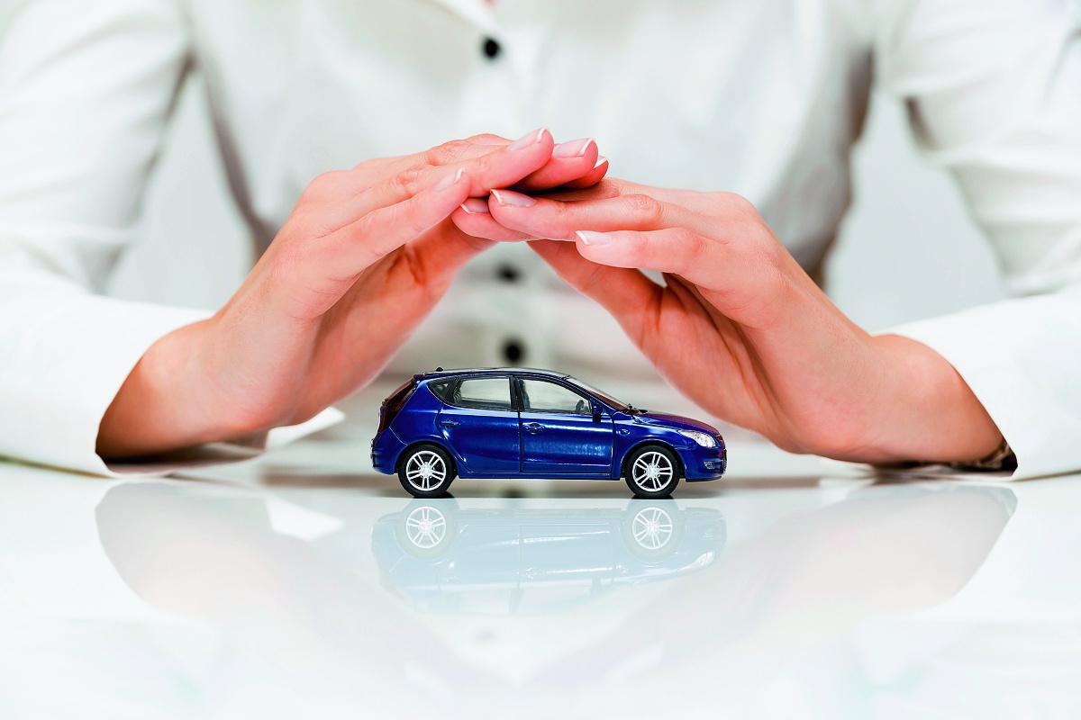 Zmotoryzowani na różne sposoby dbają o zapewnienie bezpieczeństwa – kupują samochody wyposażone w najnowocześniejsze systemy wspomagające jazdę i kierowcę, dobierają odpowiedniej jakości ogumienie, przewożą dzieci w fotelikach czy na bieżąco kontrolują stan techniczny pojazdu i regularnie wymieniają jego zużyte podzespoły. Jednym z elementów, który także daje poczucie bezpieczeństwa, ale o którym zazwyczaj myślimy w ostatniej kolejności jest ubezpieczenie.    Fot. 123RF