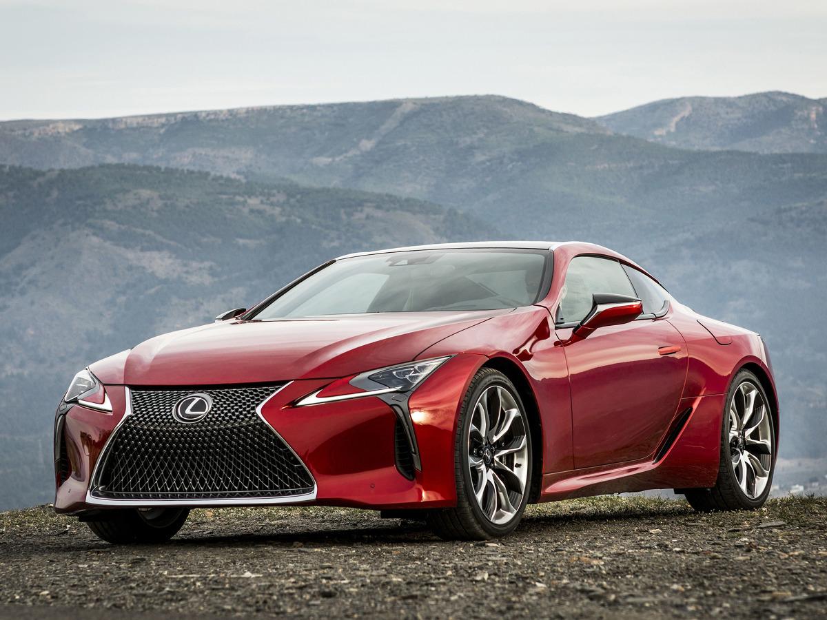 Lexus LC 500  Lexus LC trafi do sprzedaży na wiosnę przyszłego roku. Flagowe coupe Lexusa, zbudowane w oparciu o nową platformę GA-L, dostępne będzie w dwóch wersjach napędu: LC 500h z nową, hybrydową jednostką napędową Multi Stage Hybrid System, dysponującą 3,5-litrowym silnikiem V6 oraz LC 500 z pięciolitrowym, benzynowym silnikiem V8, współpracującym z nową, 10-biegową przekładnią automatyczną.  Fot. Lexus