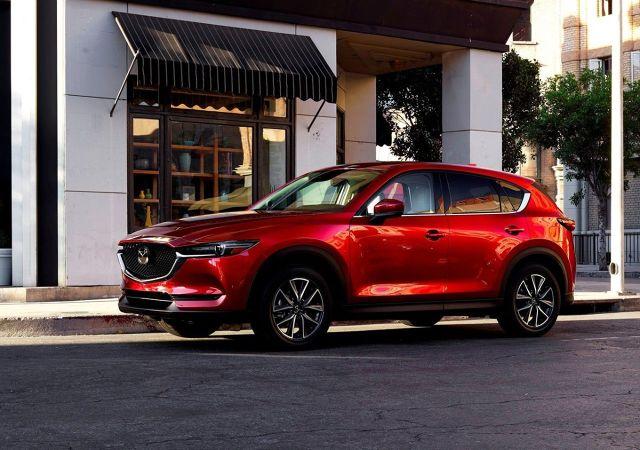 Mazda CX-5  Mazda CX-5 jest o 5 cm mniejsza od RAV4. Najwięcej koni mechanicznych w jej gamie – 194 KM – ma 2,5-litrowy silnik Diesla SKYACTIV z systemem wyłączania na postoju i-Stop oraz hamowaniem odzyskowym i-ELOOP. Moment obrotowy 258 Nm jest osiągany przy 4000 obr./min. Samochód z 6-stopniową automatyczną skrzynią biegów spala w mieście 8,7 l/100 km, zaś na trasie 6,1 l/100 KM. W cyklu mieszanym uzyskuje wynik 7,1 l/100 km oraz emisję CO2 162 g/km. Auto rozpędza się maksymalnie do 195 km, zaś prędkość 100 km uzyskuje w 9,2 s. Napęd na cztery koła i-ACTIV uruchamia się automatycznie w razie utraty przyczepności.  Fot. Mazda
