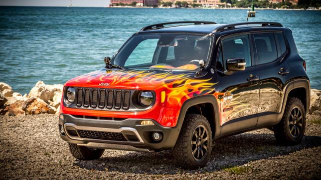 Jeep Renegade Harley Davidson   Jeep trafił do specjalistów od malowania z Garage Italia Customs. Ci postarali się o ogniste malowanie dla auta. Ognisty, pomarańczowo-czerwony kolor obecny jest również we wnętrzu. Pomarańczowe motywy i przeszycia kontrastują z ciemną tapicerką ze skóry.  Fot. Jeep