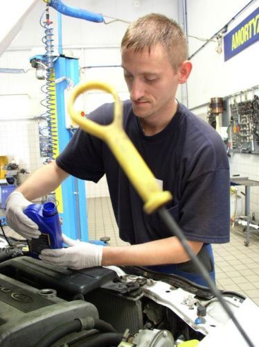 Fot. Robert Kwiatek: Użytkownik samochodu powinien stosować olej silnikowy i przekładniowy o parame-trach określonych przez producenta pojazdu.