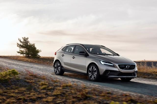 Volvo V40. Ten ważny dla marki model właśnie doczekał się face-liftingu. Produkcja zmodernizowanych modeli V40 i V40 Cross Country ruszy w kwietniu, obejmując rok modelowy 2017 / Fot. Volvo