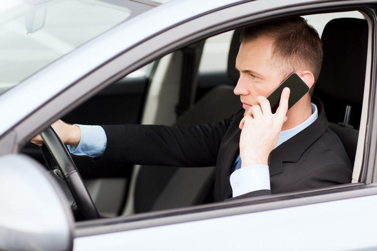 Telefonia komórkowa zrewolucjonizowała łączność. Dziś już nikt nie wyobraża sobie życia bez telefonu komórkowego. Niestety, jego nieodpowiedzialne używanie w aucie coraz częściej jest przyczyną bardzo niebezpiecznych wypadków!  Fot. 123RF