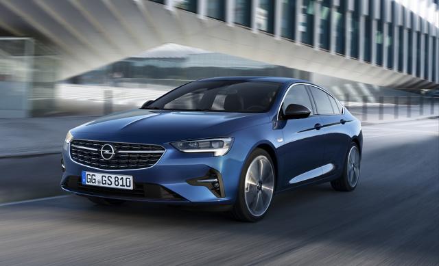 Opel Insignia   Rusza sprzedaż nowego Opla Insignii na polskim rynku! Klienci już mogą zamawiać flagowego Opla jako limuzynę Grand Sport, kombi Sports Tourer i odmianę GSi.   Fot. Opel