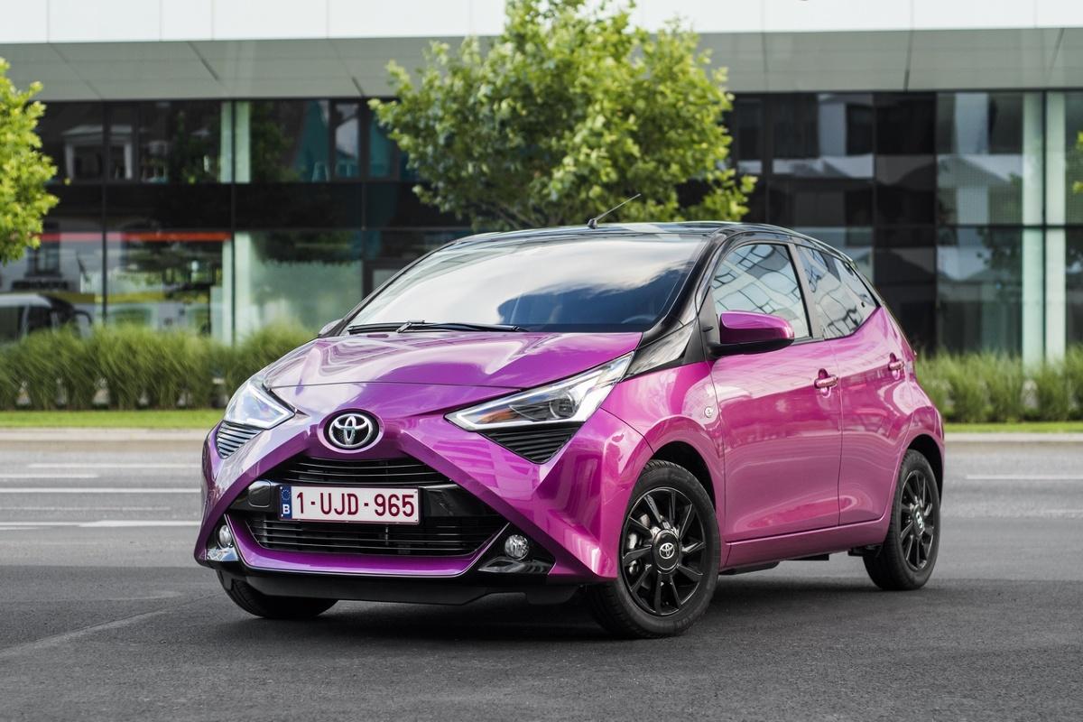 Toyota Aygo to jeden z najpopularniejszych samochodów segmentu A, które spotykamy na naszych drogach. W Motofaktach sprawdzamy, czy warto zainteresować się drugą generacją tego bestsellera na rynku wtórnym.  Fot. Toyota