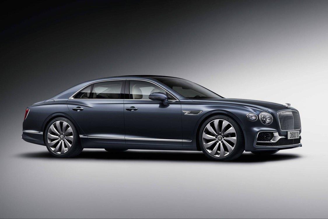 Bentley Flying Spur  Za napęd odpowiada silnik W12 z podwójnym doładowaniem. Sześciolitrowa jednostka zapewnia 635 KM mocy oraz 900 Nm maksymalnego momentu obrotowego. Napęd na wszystkie koła trafia za pośrednictwem 8-biegwej przekładni.  Fot. Bentley