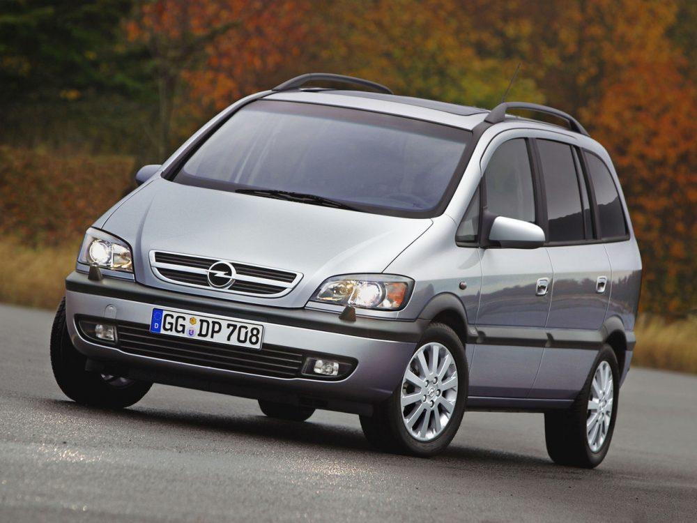 Opel Zafira A  Opel Zafira A to auto przestronne, pakowne, funkcjonalne i komfortowe. W odmianach z mocniejszymi silnikami oferują sporą dynamikę, zaś wersja OPC potrafi zaskoczyć nawet wymagającego kierowcę. Ceny części są rozsądne, koszty eksploatacji do przyjęcia, zaś konstrukcja nie zaskoczy żadnego mechanika. Co prawda lista ewentualnych usterek jest dość długa, zaś na rynku wtórnym znajdziemy wiele wymęczonych egzemplarzy, ale wybór i rozsądne ceny pozwolą znaleźć auto dopasowane do każdych potrzeb.  Fot. Opel