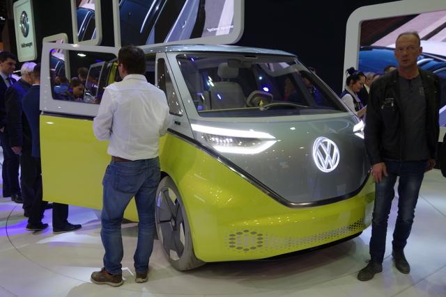 Volkswagen  I.D BUZZ   Na targach motoryzacyjnych w Poznaniu Volkswagen zaprezentował nowoczesną wersję swojego kultowego mikrobusa. I.D BUZZ to autonomiczne i w pełni elektryczne auto.   Fot. Ryszard M. Perczak