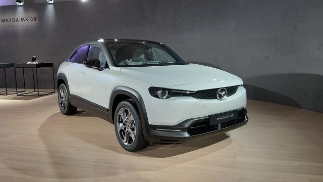 MX-30 to pierwszy seryjny samochód elektryczny Mazdy. Auto wejdzie do sprzedaży w drugiej połowie 2020 roku. Fot. Wojciech Frelichowski