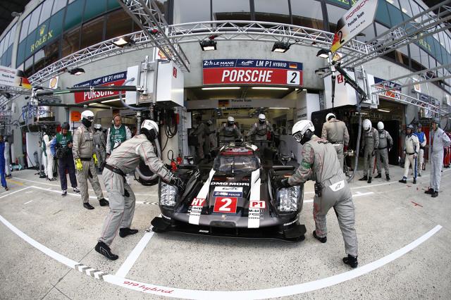 Kierowcy Długodystansowych Mistrzostw Świata (WEC) mieli jedyną okazję, by przetestować swoje prototypy na mierzącej 13,629 km długości pętli toru Circuit de la Sarthe – toru, którego 9,2 km biegnie lokalnymi drogami zazwyczaj otwartymi dla ruchu. Odcinek ten obejmuje legendarną prostą Mulsanne, na której 900-konne prototypy Le Mans pierwszej klasy z logo Porsche rozwijają prędkość przekraczającą 320 km/h / Fot. Porsche