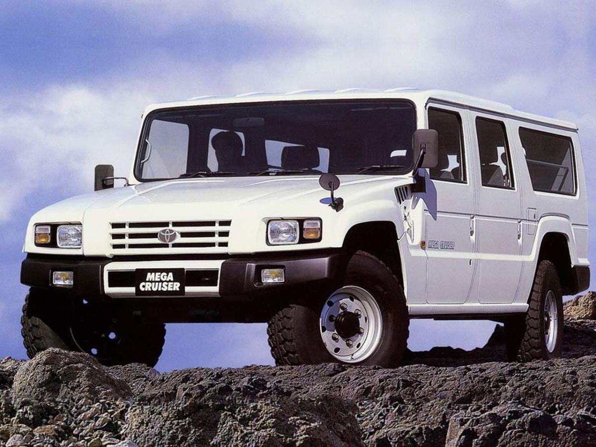 Toyota Mega Cruiser.  Toyota Mega Cruiser, potężna japońska terenówka zbudowana z myślą o armii, ujrzała światło dzienne 25 lat temu. Kiedy auto zostało zaprezentowane w 1995 roku, już sama nazwa zapowiadała coś niesamowitego. Auto w cywilnej wersji było marzeniem wielu zapalonych off-roaderów, choć do sprzedaży na rynku przeznaczono tylko ponad 100 egzemplarzy i tylko w Japonii.   Fot. Toyota