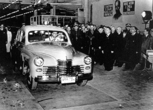 Szóstego listopada 1951 r., w przeddzień rocznicy rewolucji październikowej, triumfalnie zjechało z taśmy pionierskie auto zmontowane w całości z radzieckich części. Była to licencyjna Warszawa M-20.