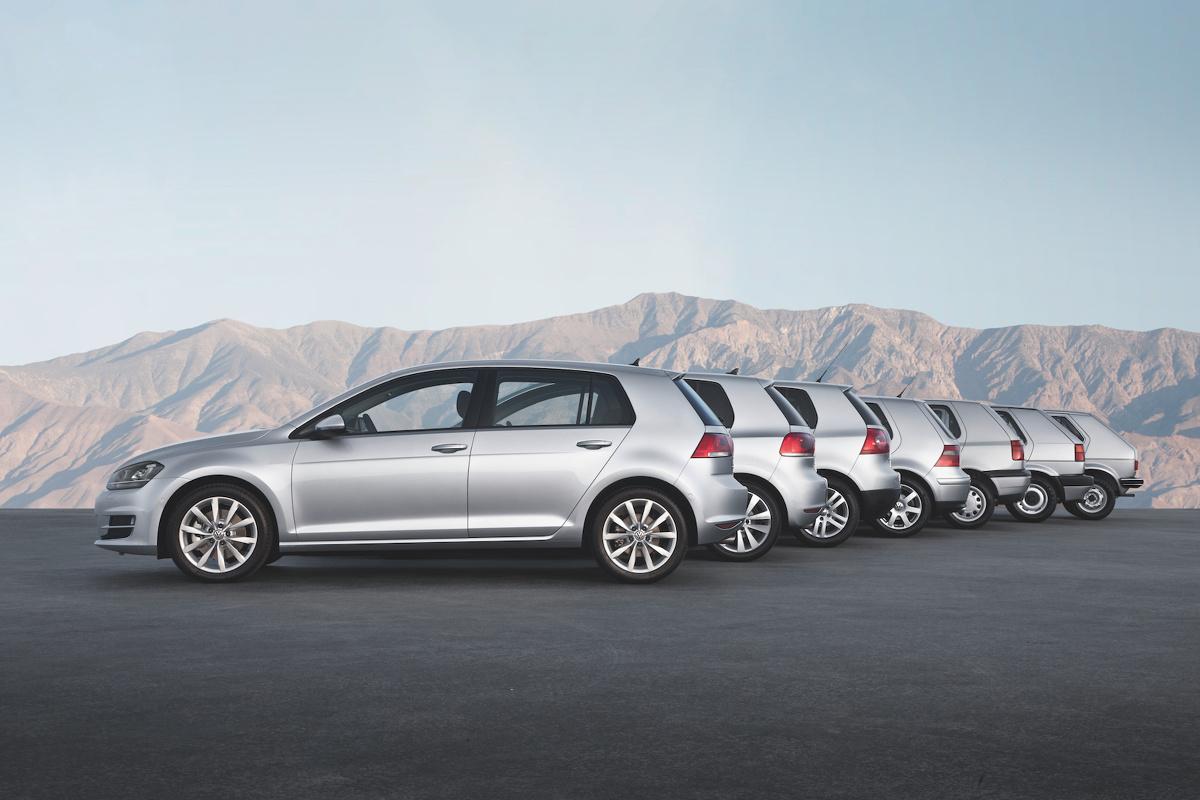 Jak zmieniały się samochody na przestrzeni lat?  Gdy w 1967 roku Giorgetto Giugiaro zabierał się za projektowanie pierwszej generacji Volkswagena Golfa, zapewne nie spodziewał się, że jego dzieło, które pojawiło się na rynku kilka lat później zapoczątkuje prawdziwą rewolucję na rynku aut kompaktowych. Na przykładzie zarówno Golfa, ale i innych długowiecznych modeli, możemy prześledzić proces transformacji samochodów na przestrzeni ostatnich 30-40 lat.