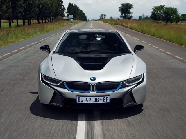 BMW i8    Obecnie sportowa hybryda z Bawarii jest napędzana silnikiem benzynowym – trzycylindrowym, o pojemności 1.5 litra oraz elektrycznym, którego akumulatory można ładować prądem ze zwykłego gniazdka elektrycznego. Moc systemowa auta wynosi 362 KM, a sprint do 100 km/h zajmuje zaledwie 4,4 sekundy.   Fot. BMW
