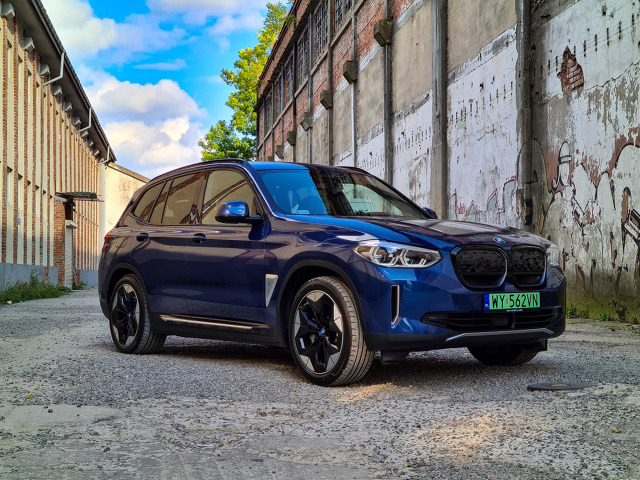 Samochodów elektrycznych i w różnym stopniu zelektryfikowanych przybywa niemal z tygodnia na tydzień. Niekiedy są to zupełnie nowe, zbudowane od podstaw samochody elektryczne, innym razem odmiany przystosowane do napędu BEV. Tą drugą grupę reprezentuje między innymi BMW iX3. Czy zelektryfikowane X3 ma sens? Jak spisuje się w codziennej eksploatacji i czym różni się od konwencjonalnej wersji? Fot. Kamil Rogala